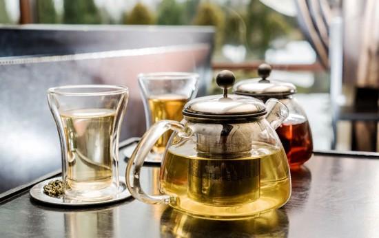 czarna i zielona herbata w imbrykach