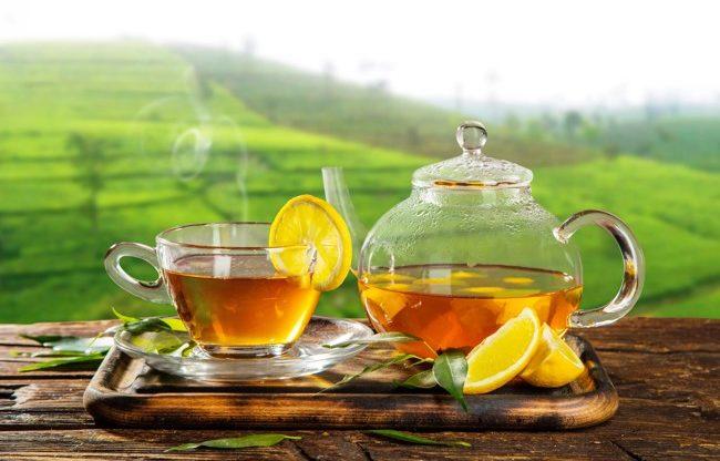 filiżankę gorącej herbaty i czajnik