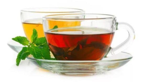 czarna i zielona herbata w filiżankach