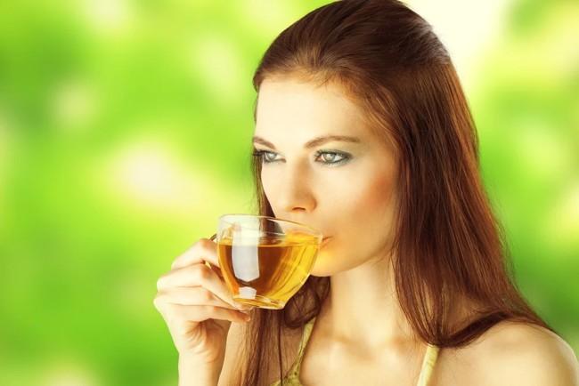 dziewczyna pije herbatę w słońcu