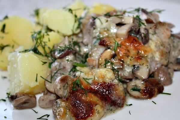Jak gotować suszone grzyby z mięsem w garnkach i powolnej kuchence