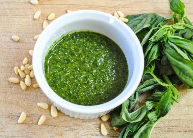 Sos pesto: korzyści i szkody, zawartość kalorii, jak gotować