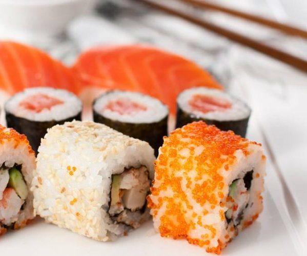 Sushi i bułki na zapalenie żołądka: czy można jeść, wpływ na żołądek