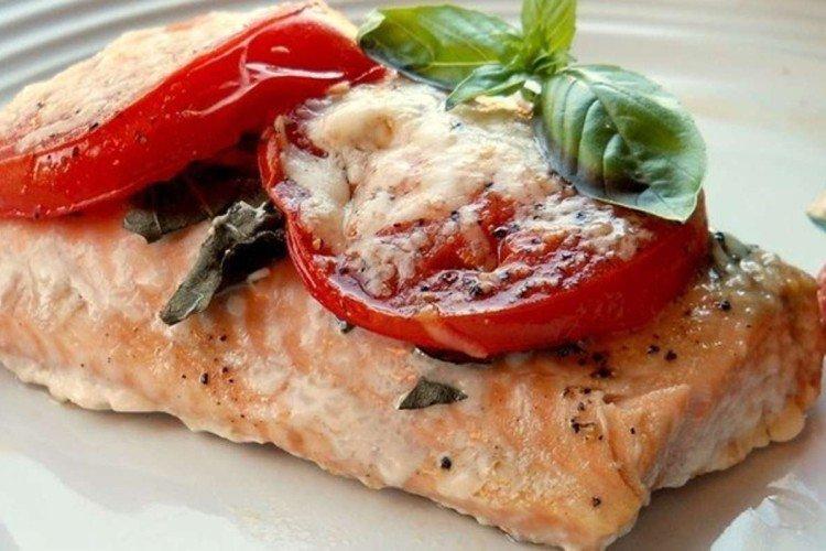 Steki z pstrąga zapiekanego w piekarniku z pomidorami