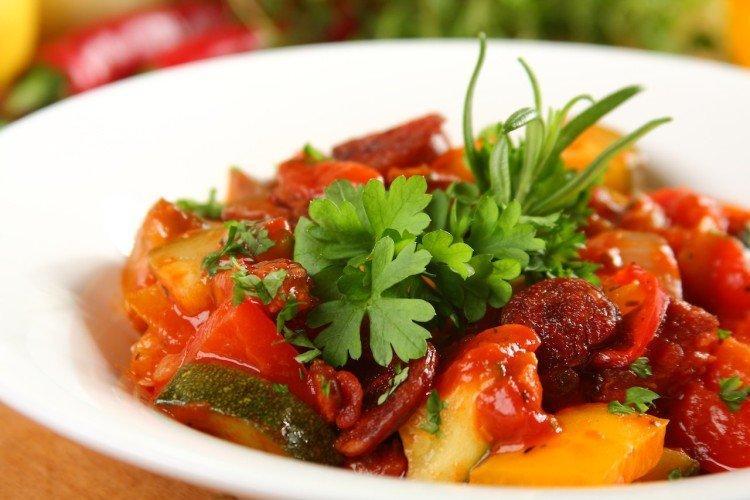 Jak gotować ratatouille z kiełbasą wołową - przepisy kulinarne
